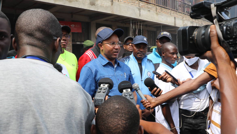 Son Excellence Monsieur le Premier Ministre réconforte les commerçants du marché de kamenge