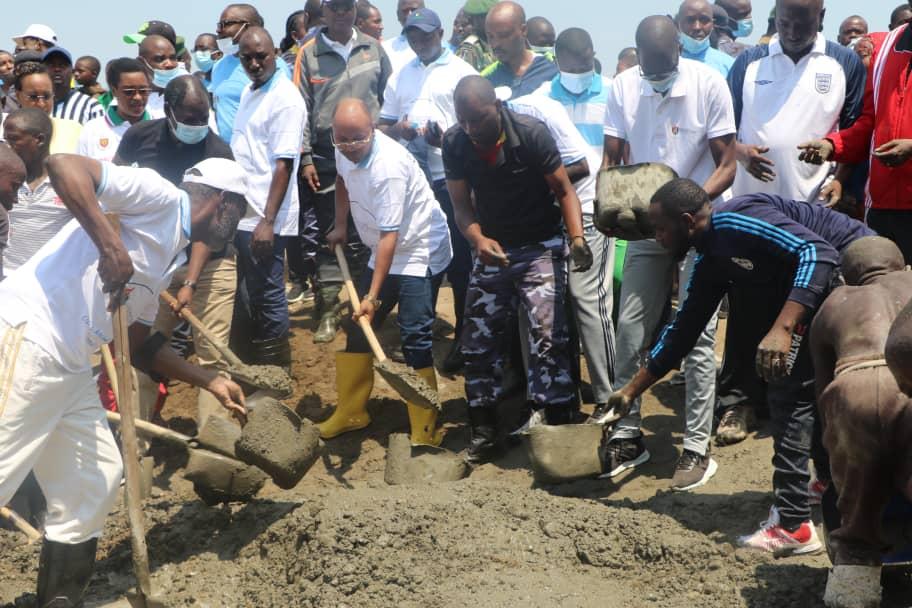 Son Excellence le Premier Ministre participe dans les travaux communautaires dans la zone Buterere